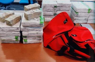 Policia - bulto - 2 millones en cash - Foto suministrada - abril 15 2021