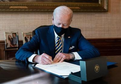 Joe Biden - presidente firmando una ley o medida - Foto via Twitter - enero 26 2021