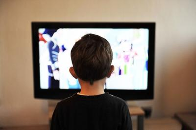 Nino viendo television