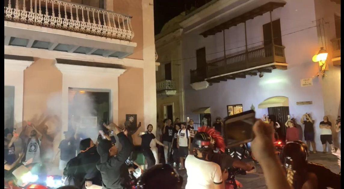 """Llegan en ''four track"""" a La Fortaleza exigiendo la renuncia de Rosselló"""