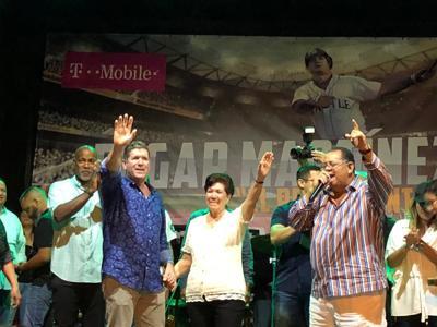 Edgar Martínez celebra junto a su gente en Dorado