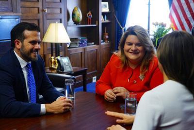 El gobernador junto con su esposa y a la comisionada residente Jenniffer González, en Washington.