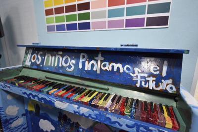 Niños piano de colores