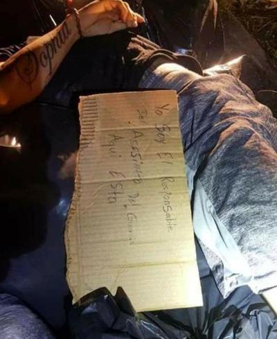Policia - encuentran muerto a tiros a sujeto con un letrero que dice que es responsable de la muerte de policias - enero 12 2021
