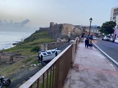 San Juan - vehiculo cae en el Castillo San Cristobal en el Viejo San Juan - Foto VSJ Prendio Twitter - julio 3 2020