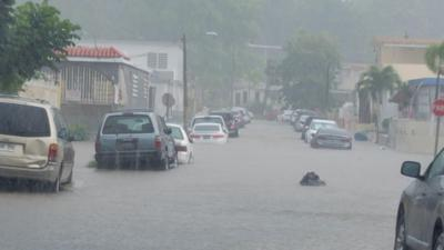 Inundacion - carretera - lluvia - vehiculos - Foto via Cybernews - noviembre 10 2020