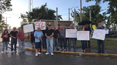 Se tiran a la calle en protesta contra AEE: Llevan 97 días sin luz