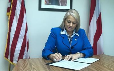 Wanda Vázquez secretaria de Justicia firma documento