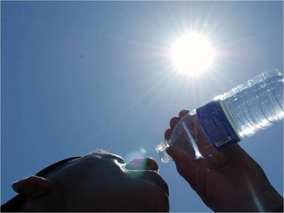 Agua - calor - persona bebiendo agua - mayo 15 2019 - 2