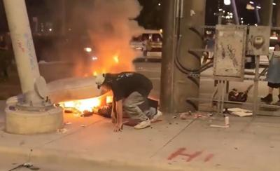Hombre sin hogar - alborotadores le queman su cama - Captura de pantalla - junio 2 2020