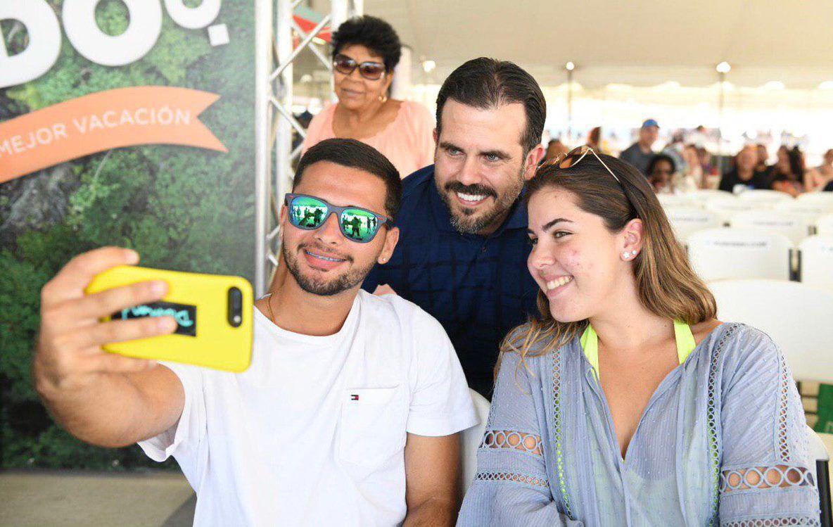 Gob se toma selfie con pasajeros lanchas en Ceiba