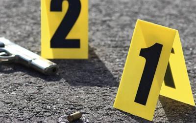 Policia arma y casquillo escena del crimen- doble asesinato