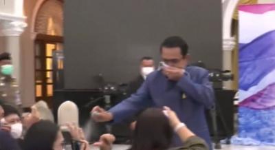 Tailandia - primer ministro rocia a periodistas tras incomoda pregunta - Captura de pantalla - marzo 10 2021