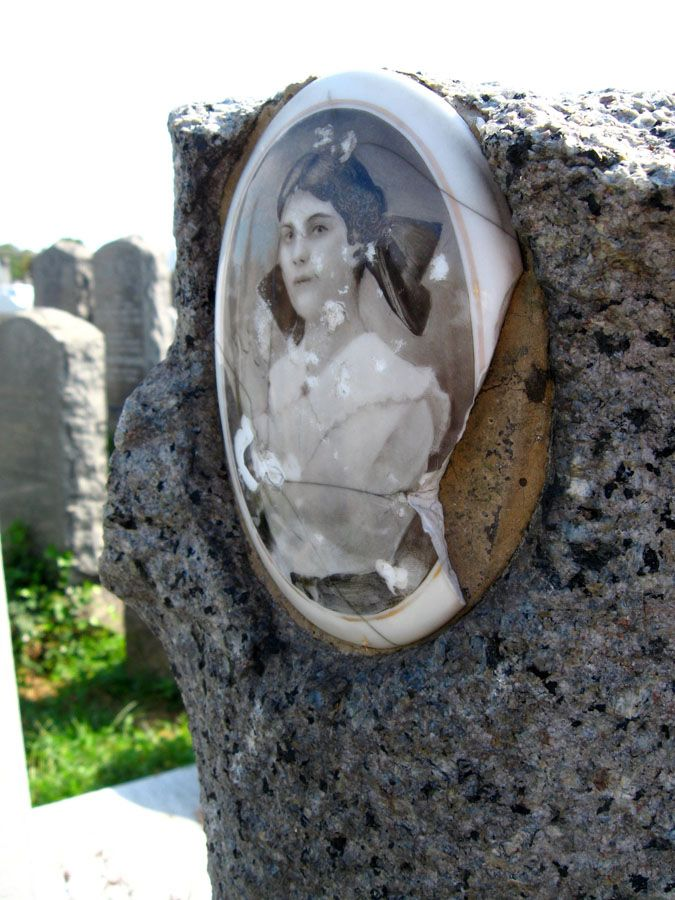 A close-up of Rose (Rachel) Grossman's grave