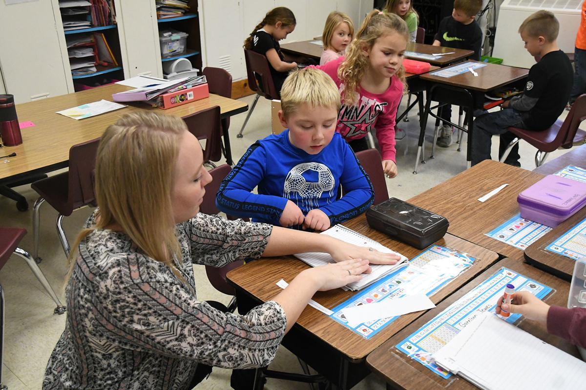 Danielle Kleinhesselink helps student
