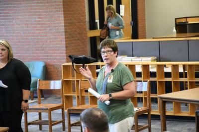 Carla Kleinwolterink talks to school board