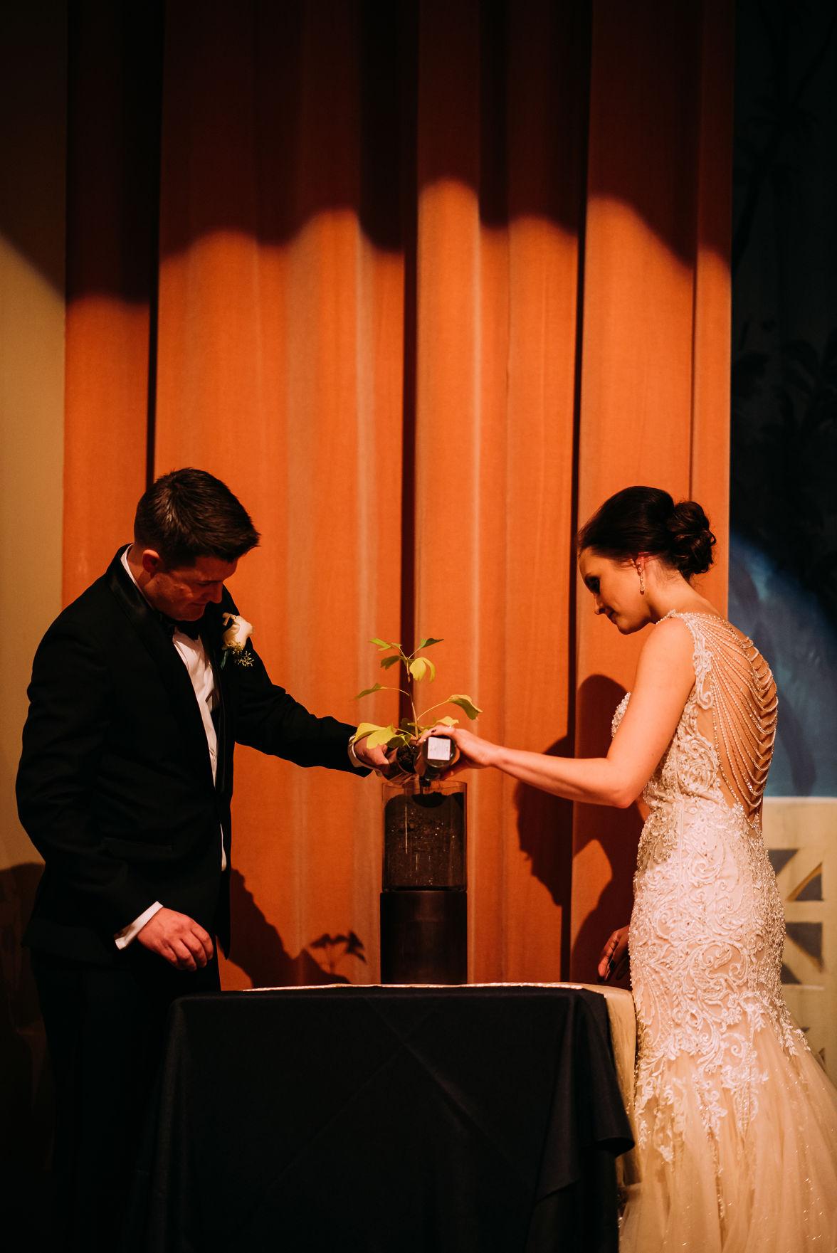 WeddingEssentialsOmaha_RealWedding_BrittanyElliott_GleasonPhotography_073.jpg