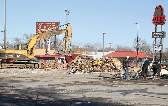 Building that housed Razzle Dazzle nightclub is torn down in Bluffs