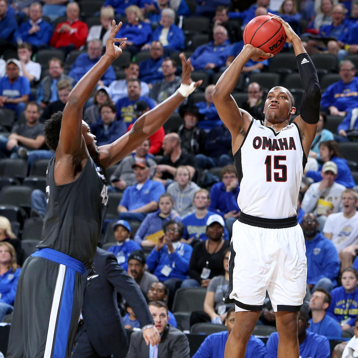 UNO men rally from 11-point, second-half deficit to edge