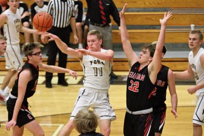 York boys hit six 3s in win over Elkhorn to advance to holiday tournament championship