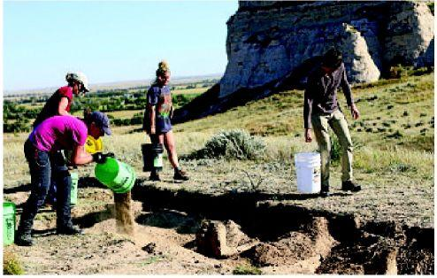 History buffs help pros at archaeological dig