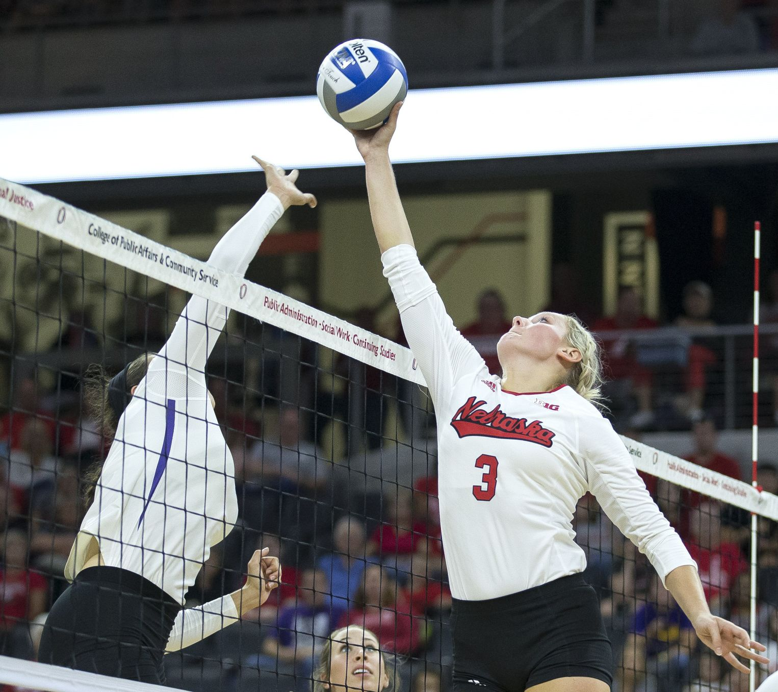 Huskers use big first half to pick up road win over IL""