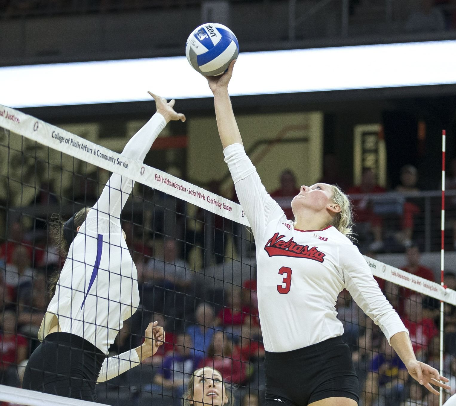Huskers use big first half to pick up road win over IL