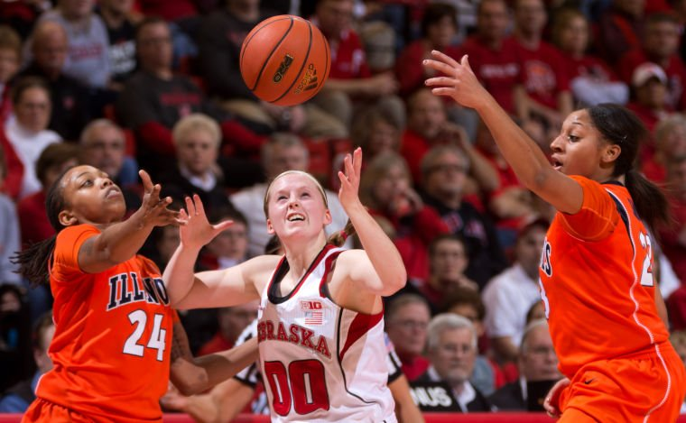 Sloppy play slows Huskers in loss to Illinois