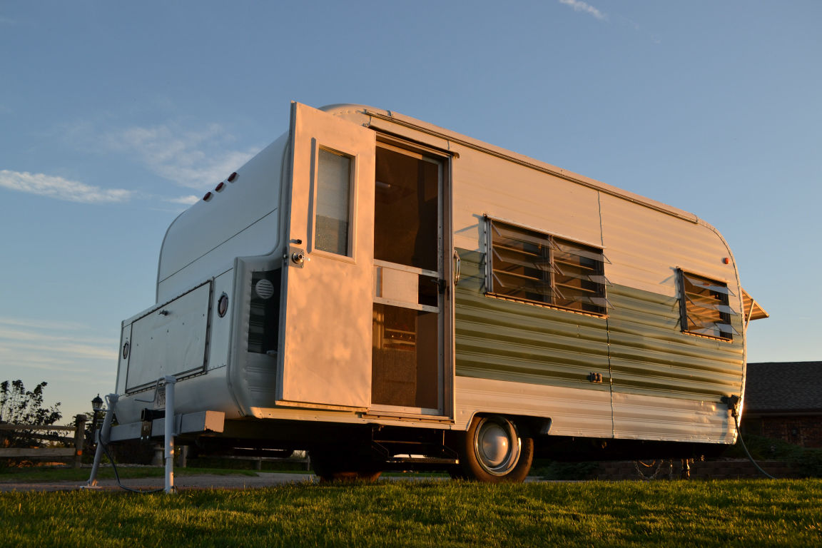 Hgtv Is There As Lincoln Couple Step Into Tiny House On Wheels Lifestyles Omaha Com