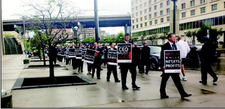 Protesting NetJets pilots gain Buffett's attention