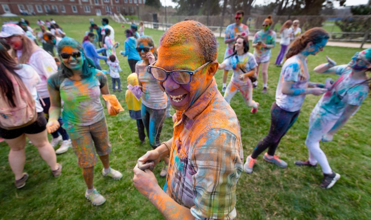 b8fcda992 People love dancing with colors   UNO students embrace Holi