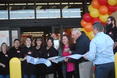 Hundreds attend Grocery Outlet grand opening