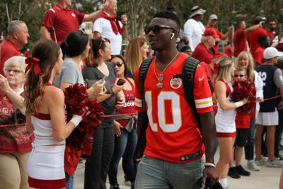 the best attitude 34949 a58f8 OU football: Marquise Brown wears Tyreek Hill jersey before ...