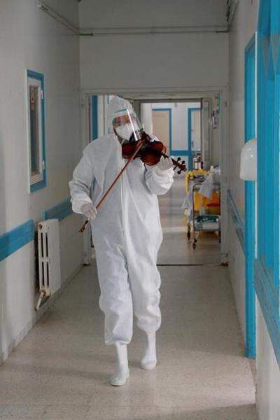 Tunisian doctor plays violin to boost virus patients' morale