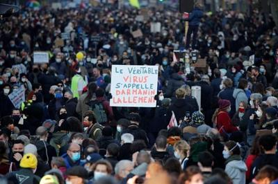 French protesters decry bill outlawing use of police images