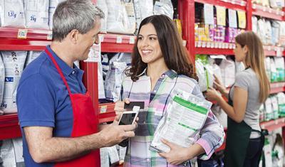 顾客从顾客手中接受的是顾客的手