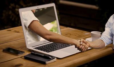 Pixabay, laptop handshake