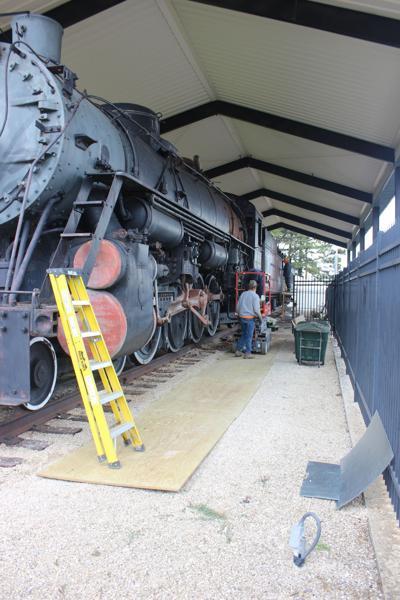 locomotive-men at work.JPG