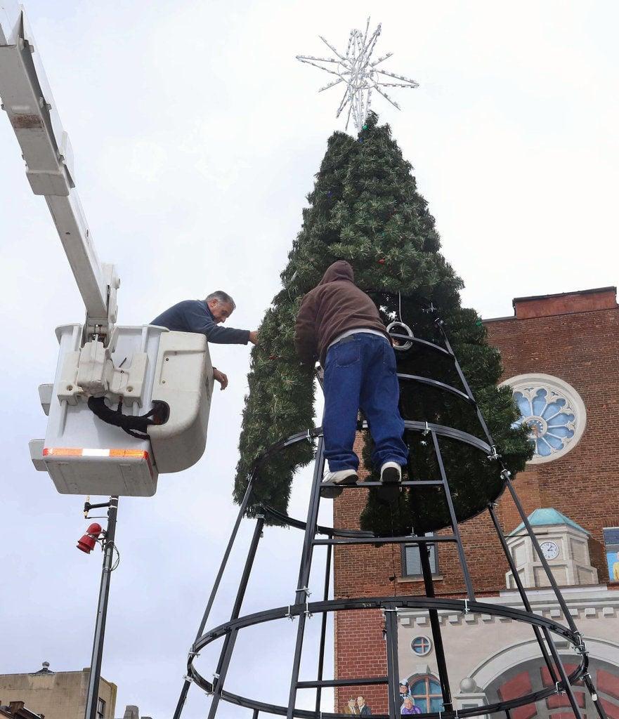 Pittston City Christmas Tree Lighting 2021 Pittston City Erects New Christmas Tree News Pittston Progress Com