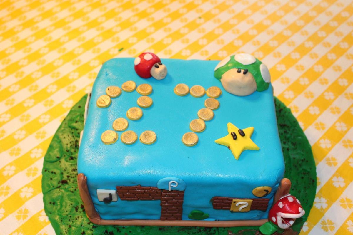 Amateurs taking on extreme cakes