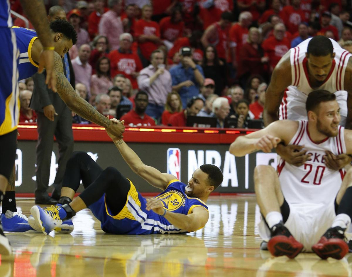 Warriors' Curry out at least two weeks with knee injury