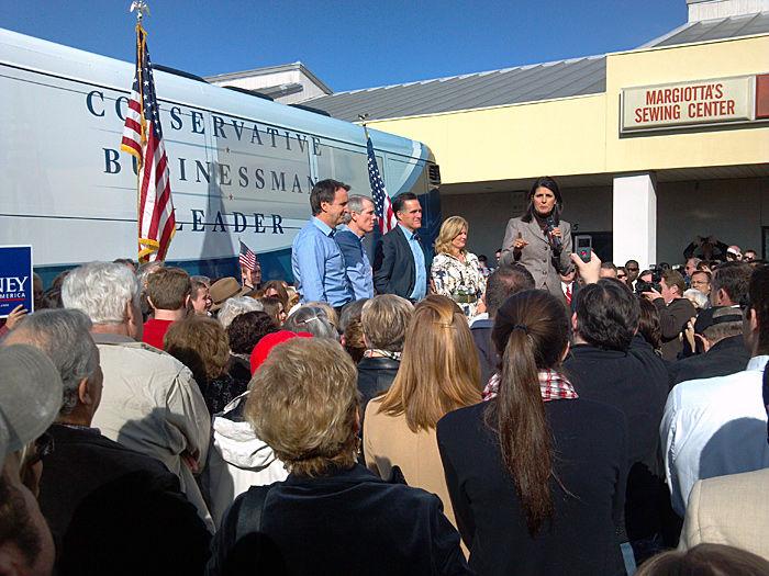 Romney tells crowd Obama, Gingrich in 'Fantasyland' on economy
