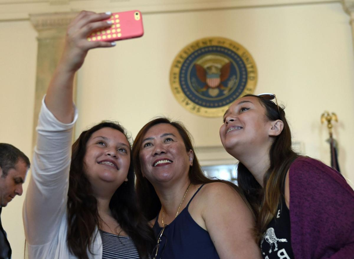 White House to allow photographs during tours