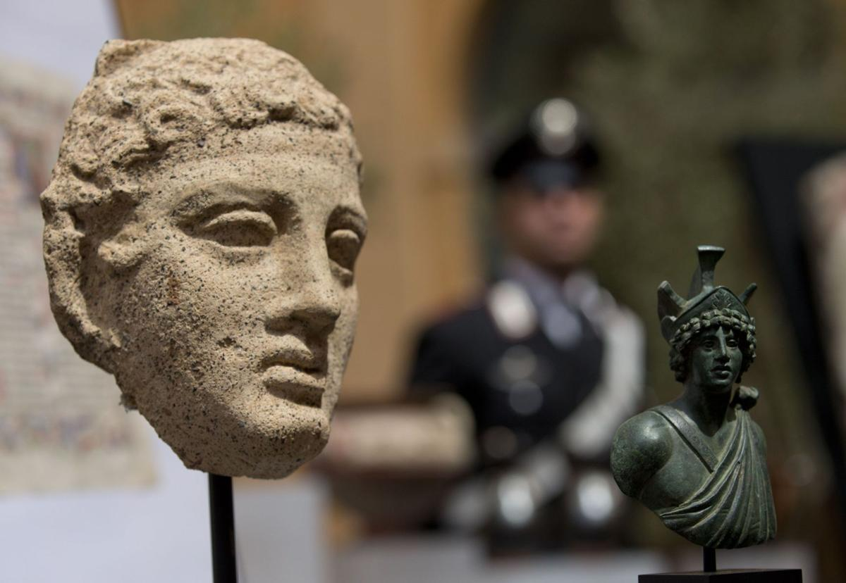 U.S. returns 25 looted vases, frescoes to Italy