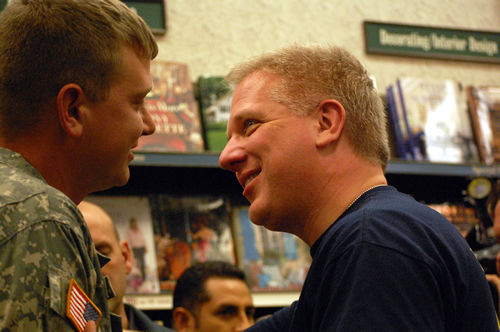 Glenn Beck attracts more than 1,000 to book signing in Charleston