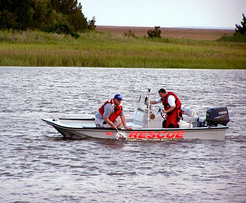 Divers battle currents, barge to find boy's body