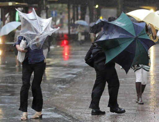 Typhoon buffets Tokyo, heads toward tsunami zone