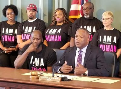 Mayor Benjamin signs ordinance