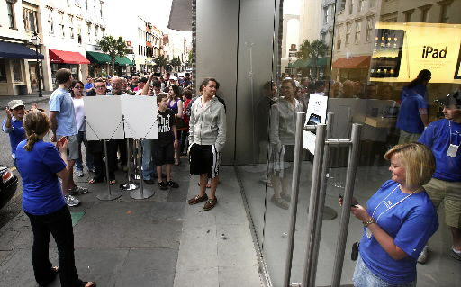 New iPad draws crowd