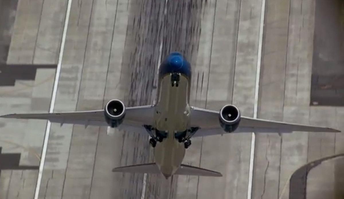 Watch Boeing 787-9 Dreamliner perform a near-vertical take off